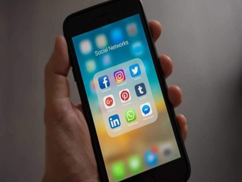 Τα social media έχουν πολύ μικρή επίδραση στην ευτυχία των νέων ανθρώπων