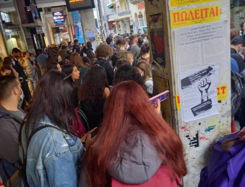 Πάτρα: Απίστευτος συνωστισμός στις στάσεις λεωφορείων προς το Πανεπιστήμιο!
