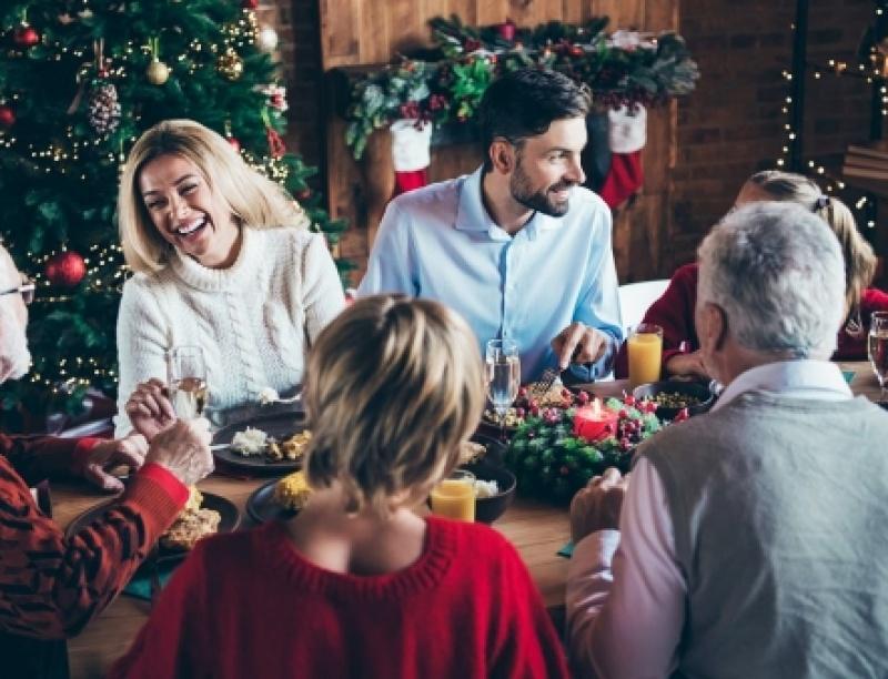 Οκτώ ερωτήσεις που σιχαίνεσαι να ακούς στα τραπέζια των γιορτών