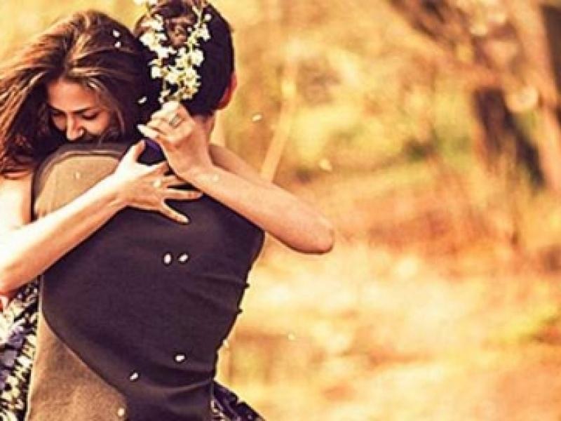 Σήμερα είναι η Παγκόσμια Ημέρα Αγκαλιάς -Γιατί τη γιορτάζουμε και πού ωφελεί