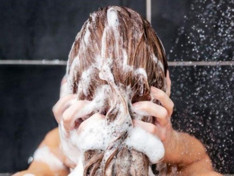 Πόσο συχνά πρέπει να λούζουμε τελικά τα μαλλιά μας;