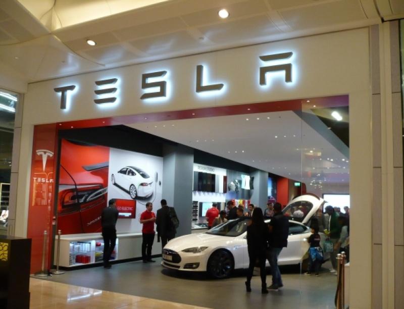 Η Tesla έχει ανοιχτές τρεις θέσεις εργασίας στην Ελλάδα και περιμένει το βιογραφ...