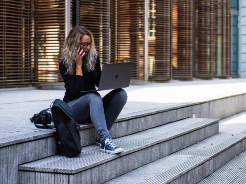 Αφιέρωμα BBC: Οι Έλληνες 20χρονοι παλεύουμε με την πιο σκληρή αγορά εργασίας του...