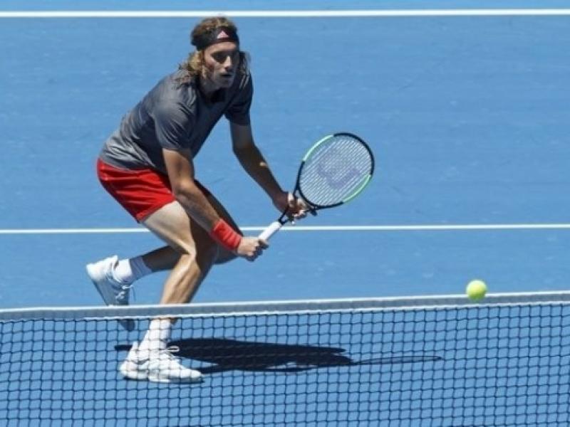 Μια νίκη ακόμα και αγκαλιάζει το Νο8 στην ATP ο Τσιτσιπάς!